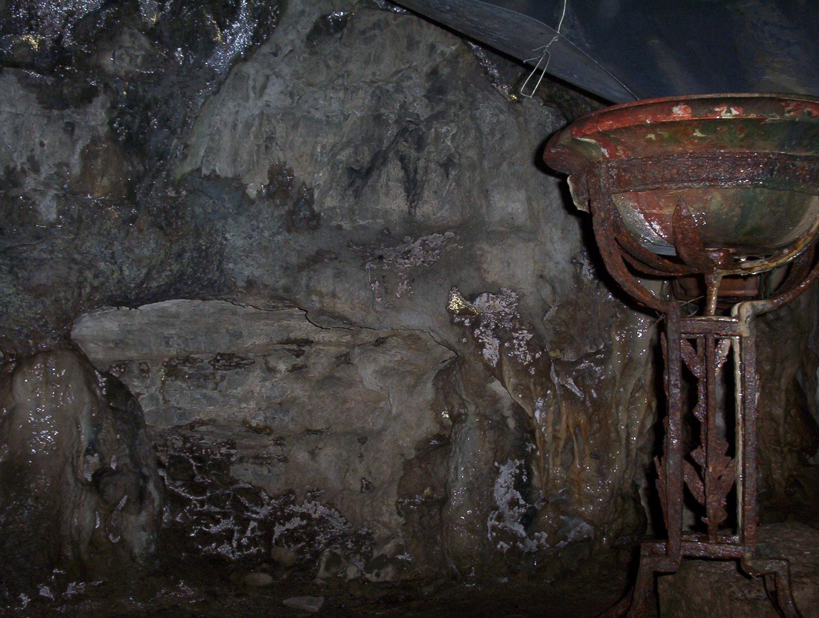 Bénitier dans le grotte de Sainte Tarcisse