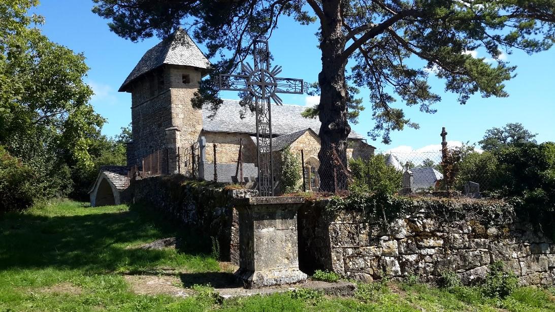 Eglise de Maymac avec sa croix, vue d'extérieur