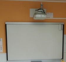 Vidéo de projecteur interactif à l'école publique de Bezonnes